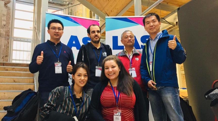 GNOME 主席(左下二)、KDE 主席(左上二)与麒麟团队合影