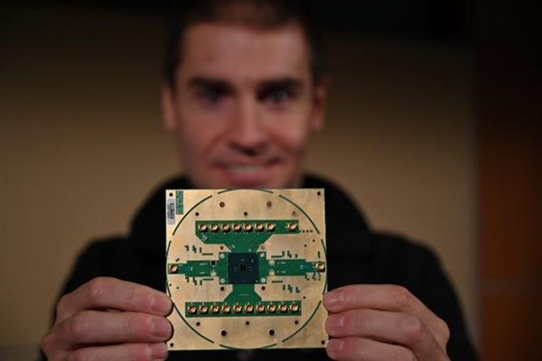 Intel首款低温量子计算控制芯片细节:最多128个量子位